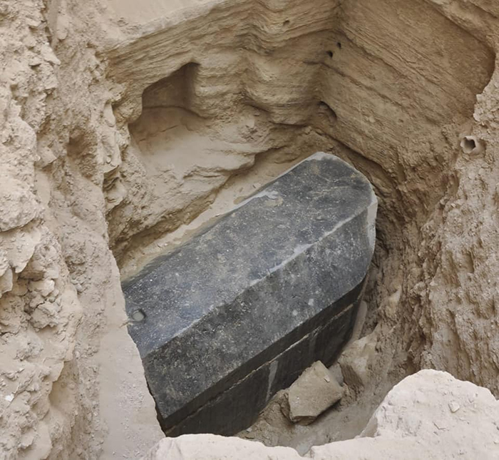 In Egypt discovered mysterious giant sarcophagus head